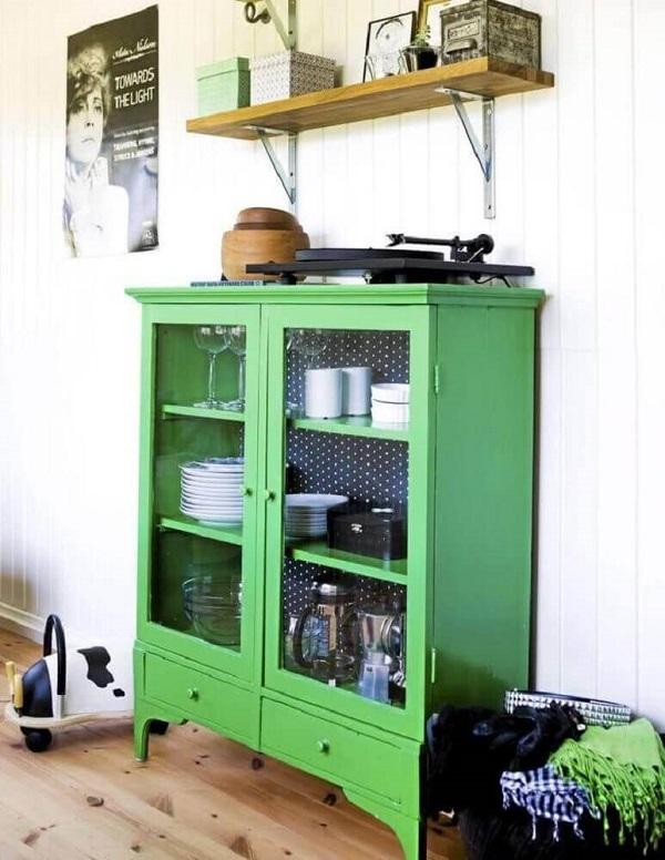 Cristaleira de madeira pequena colorida pintada de verde