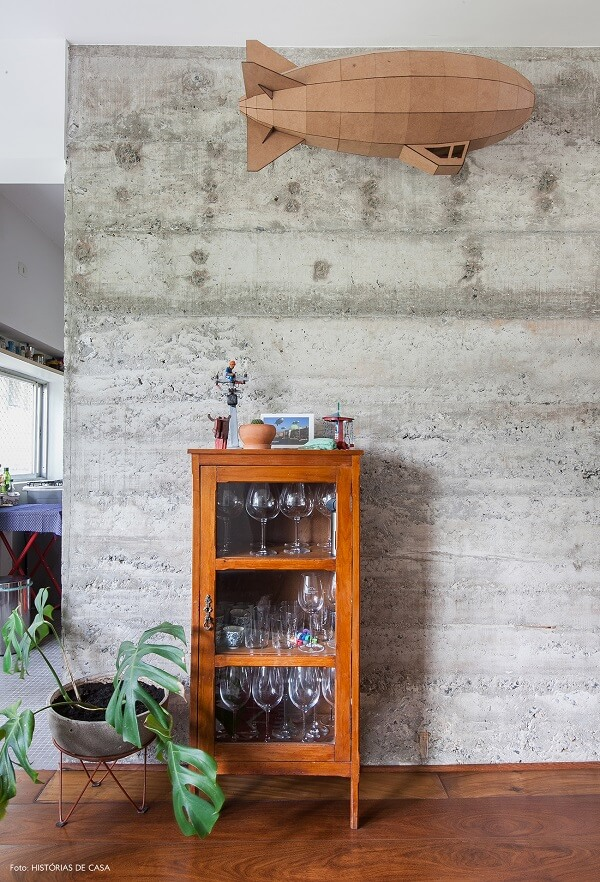 Cristaleira de madeira pequena organiza taças e copos