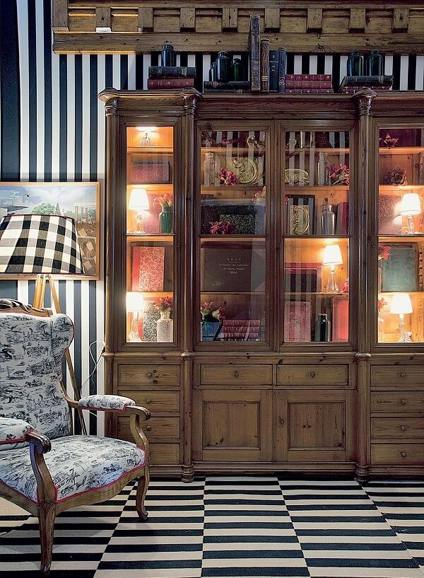 Cristaleira de madeira rústica com várias portas