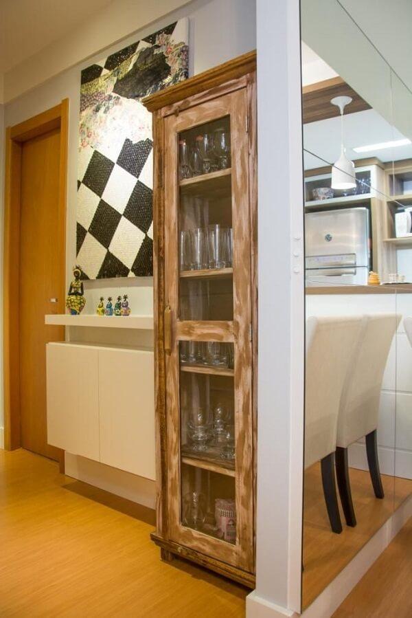 Cristaleira de madeira rústica com vários compartimentos