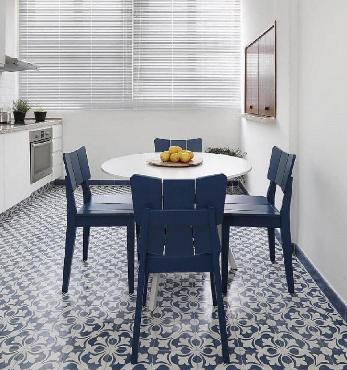 Decoração clean com mesa de jantar pequena redonda Foto Apartment Therapy