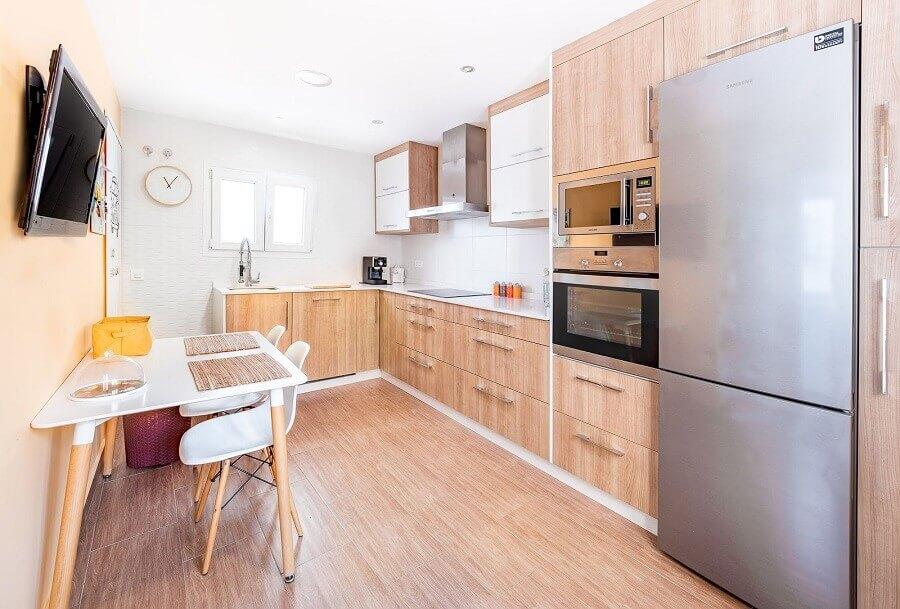 Decoração de cozinha planejada com armários de madeira