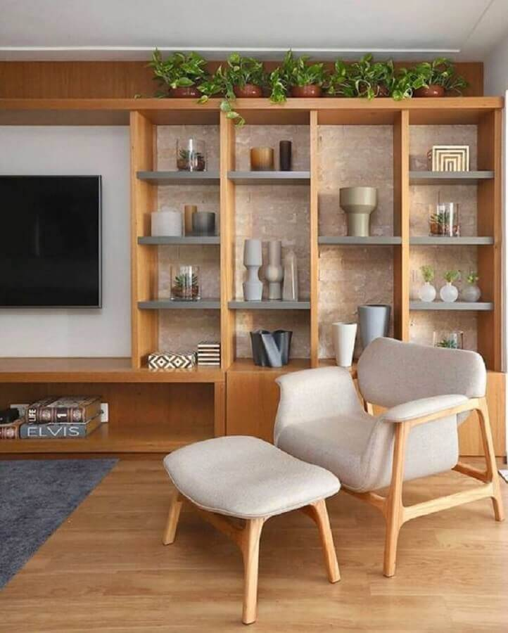 Living room decoration with armchair and wooden bookcase Foto Apartment Therapy