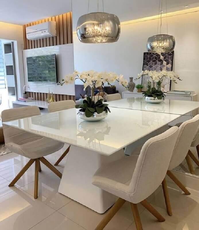Decoração sofisticada com lustre de vidro e mesa de jantar pequena quadrada Foto Pinterest