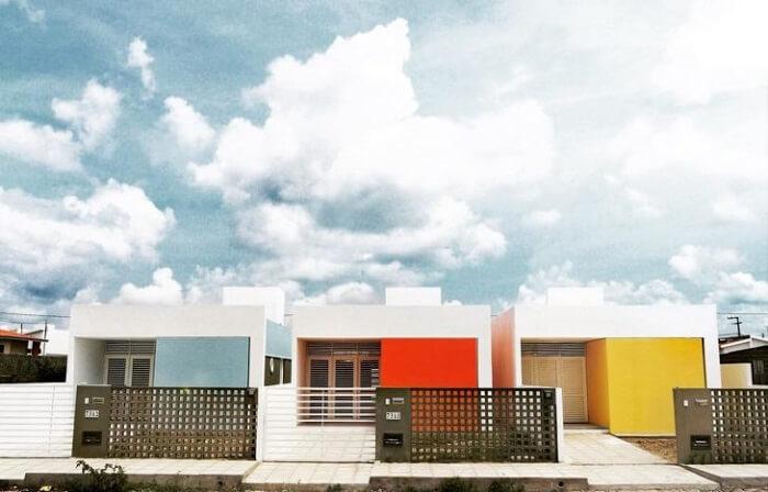 Fachadas coloridas de casas simples. Fonte: Martins Lucena Arquitetos