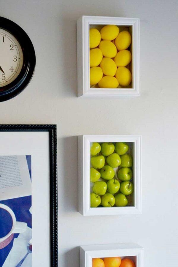 Frutas de mentira podem ser enquadradas formando lindos quadros decorativos para cozinha