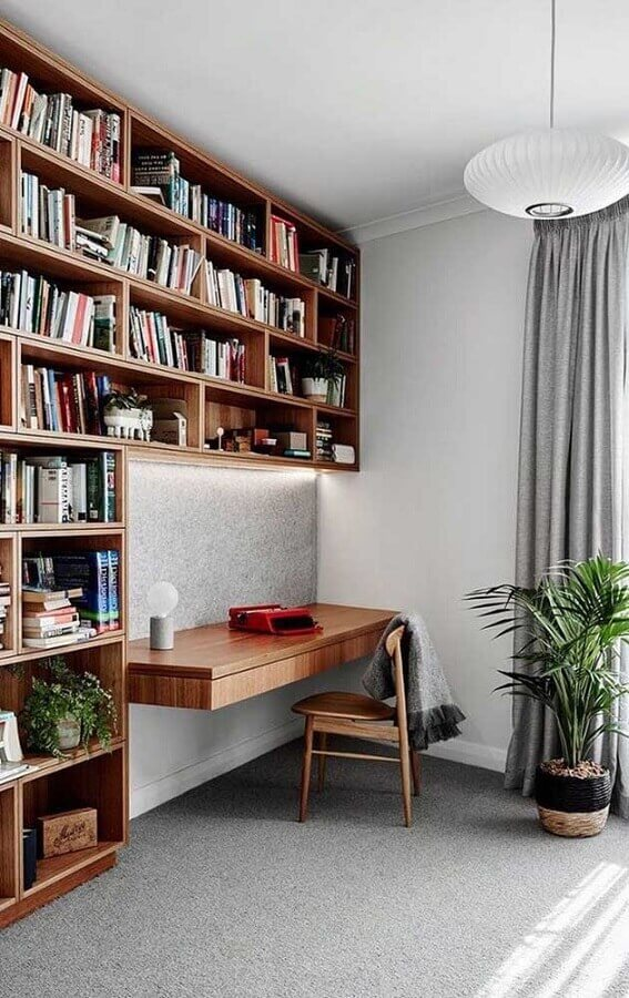 Home office decorado com estante para livros com escrivaninha planejada Foto Apartment Therapy
