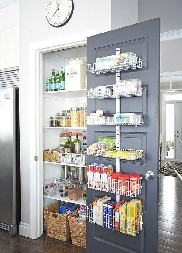 Instale prateleiras na porta da cozinha com despensa e área de serviço