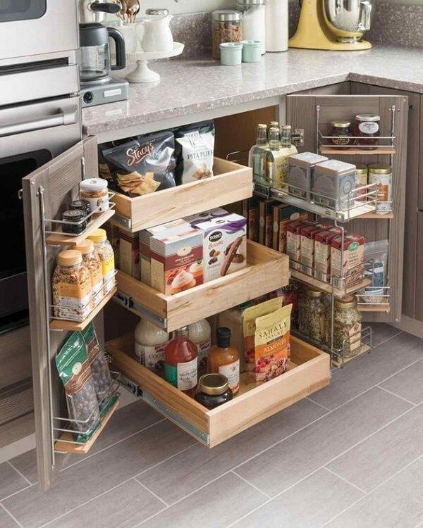 Invista em móveis criativos para compor sua despensa para cozinha pequena