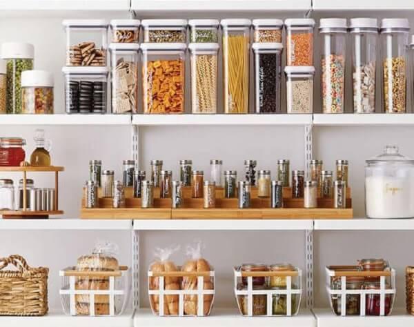 Invista em potes herméticos de qualidade para conservar os alimentos dentro da despensa de cozinha