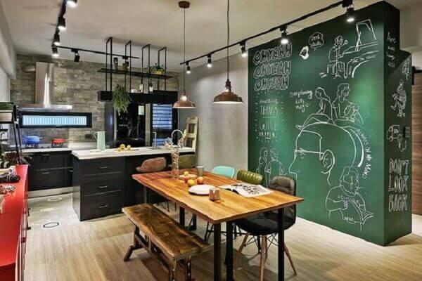 Invista na luminária de trilho para uma iluminação pontual na cozinha