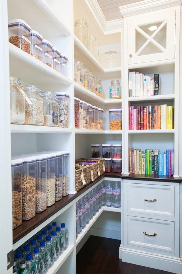 Livros de receitas também podem ser guardados dentro da despensa de cozinha