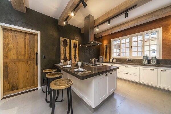 Luminária de trilho preta complementa com sofisticação a decoração da cozinha
