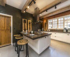 Luminária de trilho preta e porta de madeira