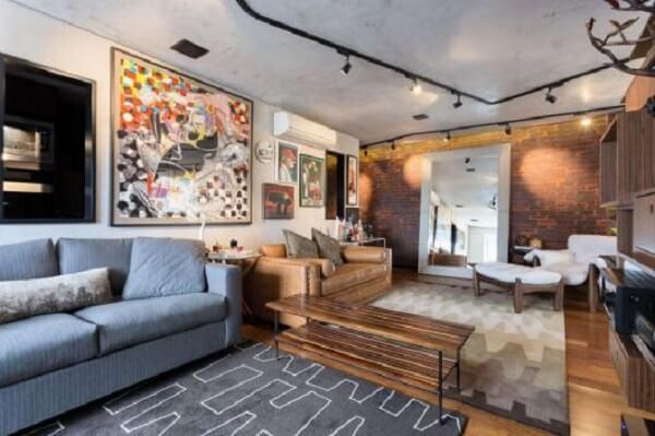 Luminária spot trilho preto instalada na sala de estar