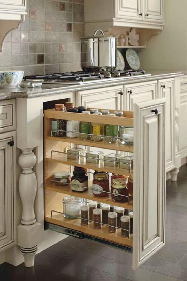 Móvel inteligente usado como despensa de cozinha pequena