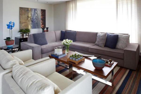 Mescle tons de azul e cinza na decoração da sala de estar