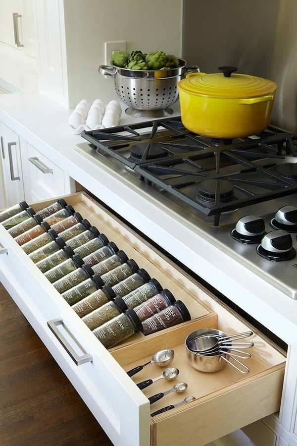 Mini despensa de cozinha feita especialmente para os temperos