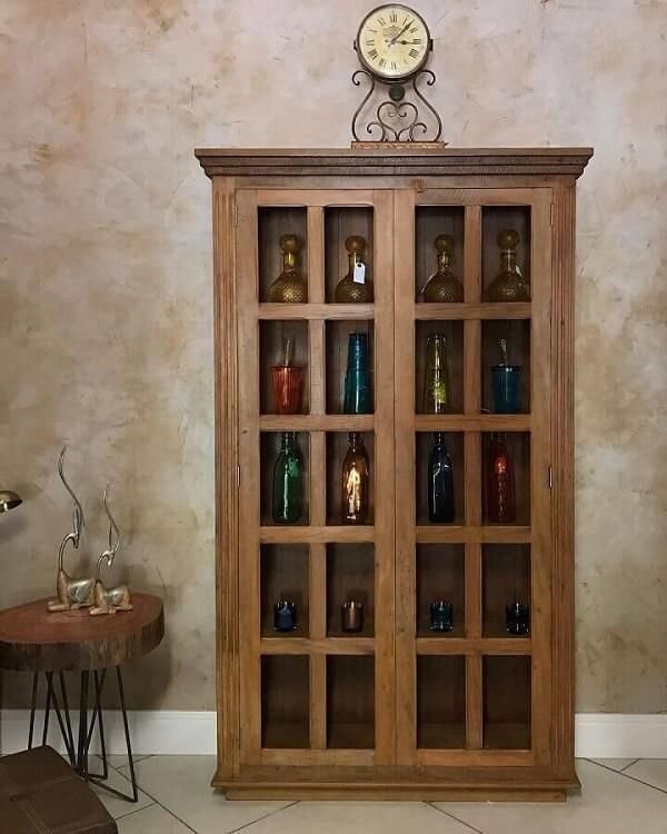 Modelo clássico de cristaleira de madeira