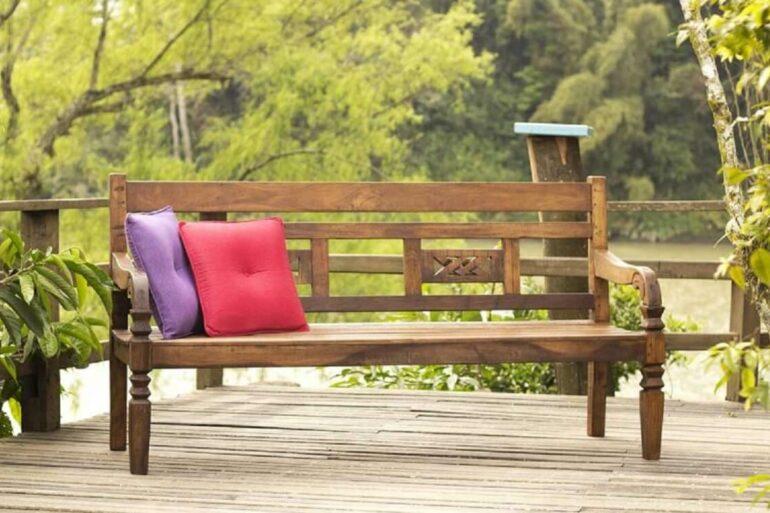 Modelo de banco de madeira com encosto