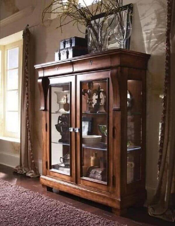 Modelo de cristaleira de madeira antiga