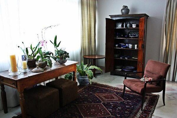 Modelo de cristaleira de madeira maciça