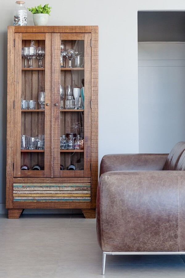 Modelo de cristaleira de madeira com duas portas