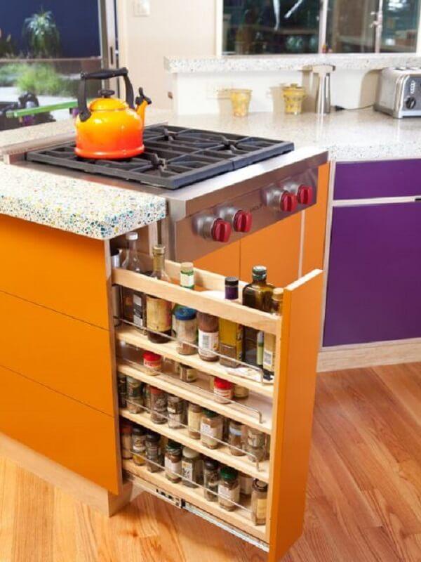 Modelo de despensa de cozinha pequena embutida na bancada