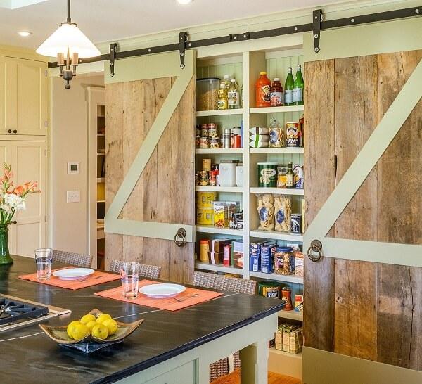 Modelo de despensa de cozinha rústica com porta de correr