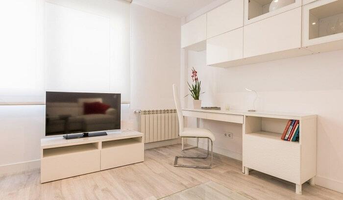 No momento de decorar um apartamento pequeno opte pelos móveis planejados, pois eles podem aproveitar melhor os cantinhos do imóvel