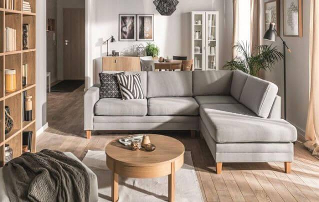 O acabamento em madeira trouxe ainda mais charme para esse sofá de canto pequeno cinza