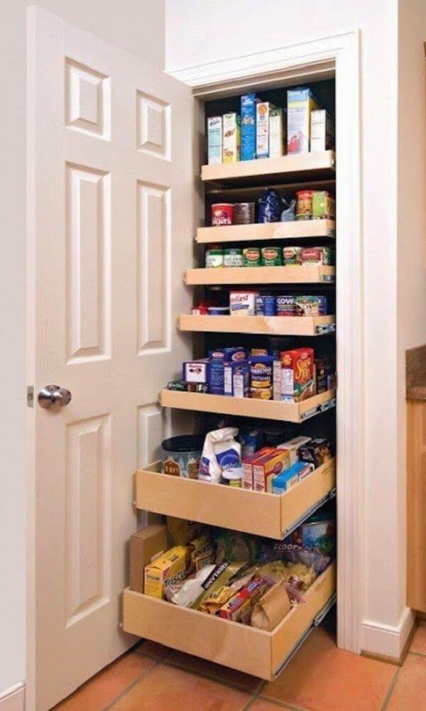 O armário para despensa de cozinha criativo organiza diferentes mantimentos em um mesmo local