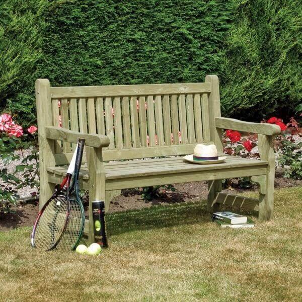 O banco de madeira com encosto traz ainda mais conforto para os usuários