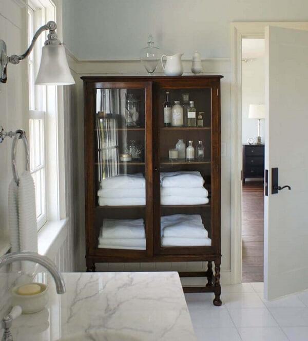 O banheiro também pode receber um modelo de cristaleira de madeira maciça