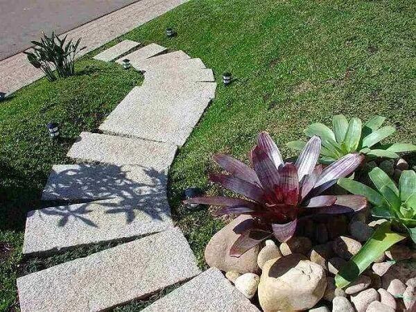 O granito em placas decora de diferentes formas o jardim da casa simples. Fonte: Pedras Ouro e Prata
