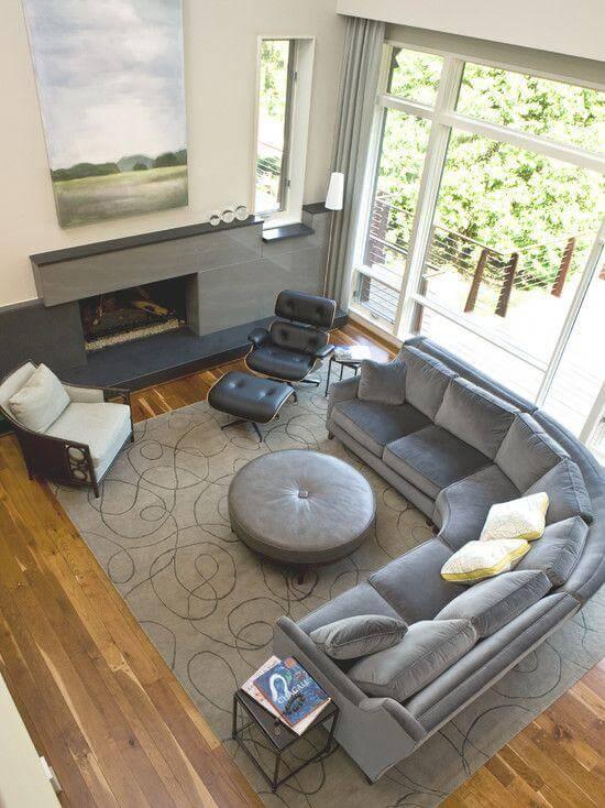 O legal é investir nos curvas do sofá de canto cinza