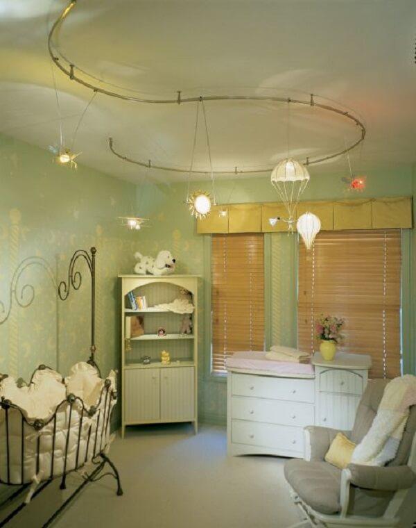 O modelo de luminária spot trilho se encaixa graciosamente na decoração provençal do quarto do bebê