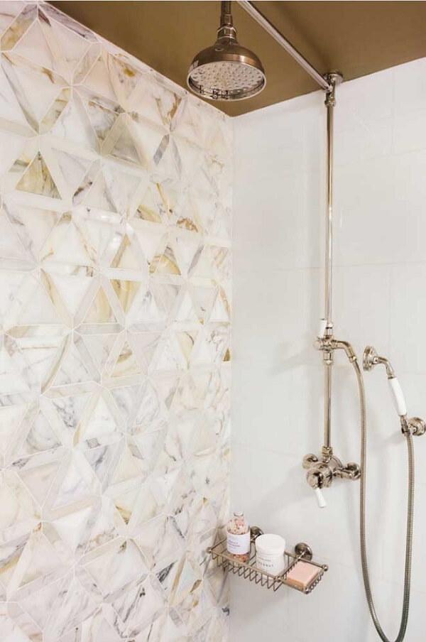 O modelo do revestimento 3D para banheiro escolhido é discreto e charmoso