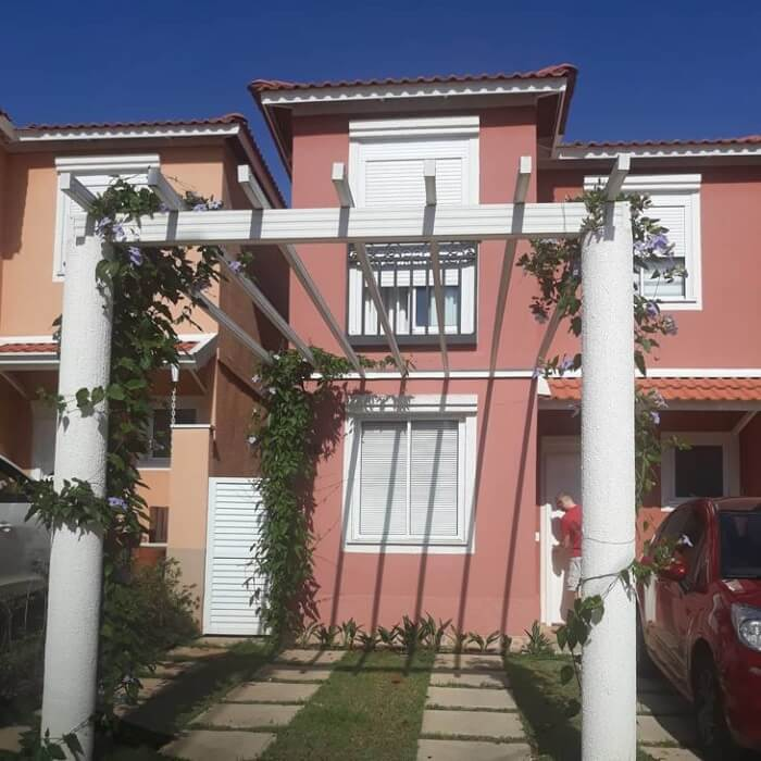 O pergolado pode servir de cobertura para garagem da casa simples. Fonte: Casas da Toscana