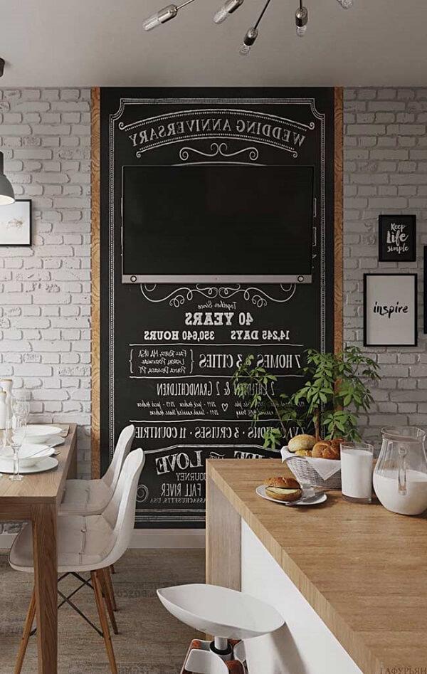 O quadro negro de avisos e recados ocupa grande parte da parede da cozinha