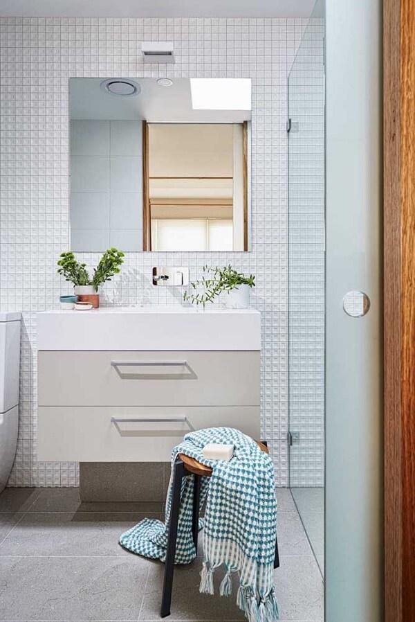 O revestimento 3D para banheiro com formatos pequenos são ideias para ambientes compactos