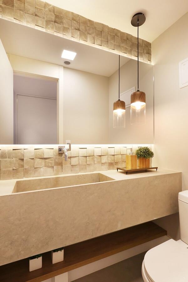 O revestimento 3D para banheiro e a iluminação embutida trazem charme para o cômodo