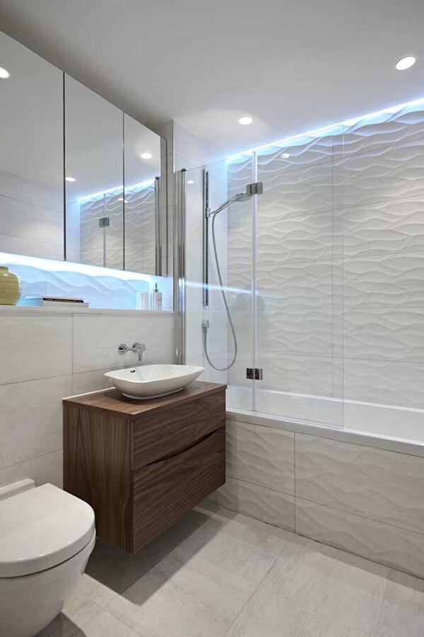 O revestimento 3D para banheiro em tom branco traz a sensação de amplitude ao espaço