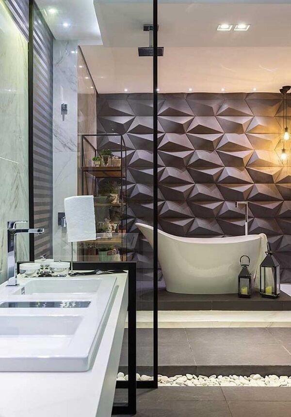 O revestimento em 3D para banheiro marca a área da banheira