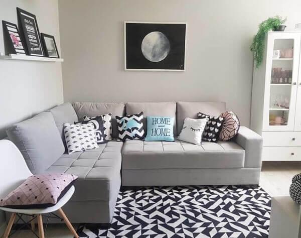 O sofá de canto cinza é ideal para ambientes compactos