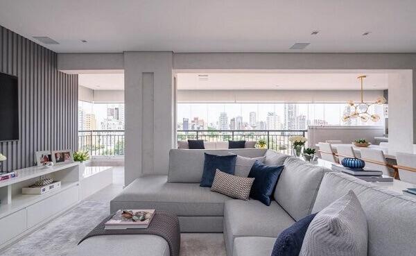 O sofá de canto cinza é perfeito para a sala de TV