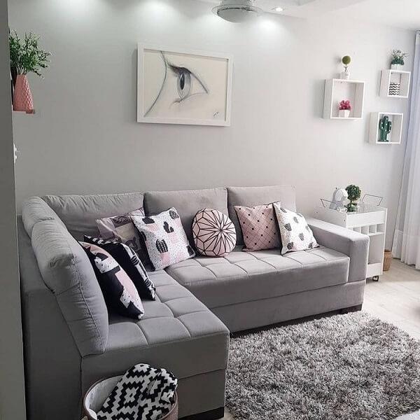 O sofá de canto cinza é perfeito para casas e apartamentos pequenos