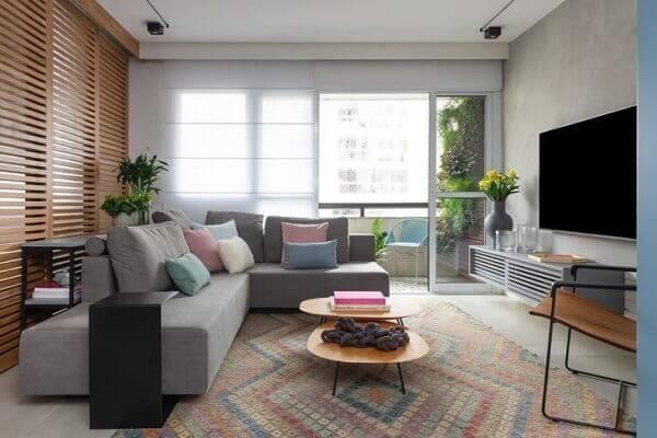 O sofá de canto cinza do tipo modular é readaptável ao espaço