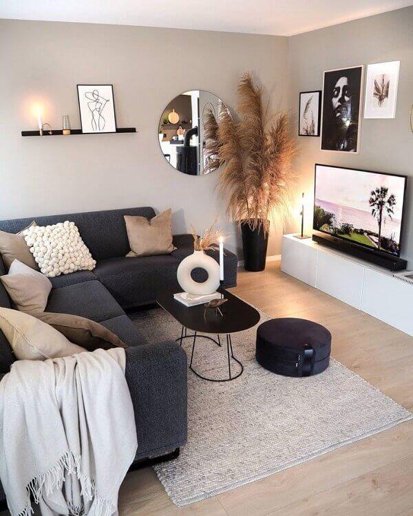 O sofá de canto cinza escuro traz elegância para decoração clean