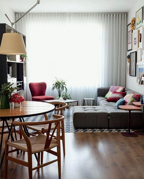 O sofá de canto cinza traz conforto e aconchego no ambiente